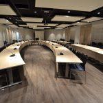 Salle de réunion avec acoustique optimisée.