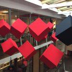 Cube suspendus contre la réverbération sonore.